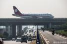飞机停在立交桥上?