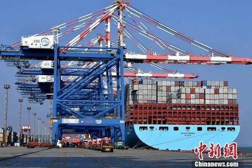 图为繁忙的厦门集装箱码头。(资料图片) <a target='_blank' href='http://www.chinanews.com/'>中新社记者 王东明 摄