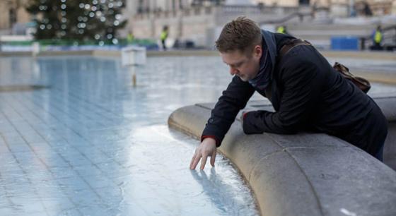 英国伦敦降温 特拉法加广场喷泉被冻成冰块
