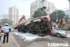 公交驾驶员撬天窗救人 将伤者送医后默默驾车离开
