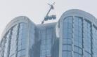 杭州大楼玻璃从51楼坠落 砸中楼下车辆