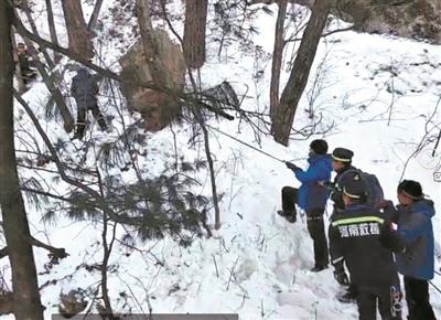 美国急速赛车彩票:驴友嵩县深山探险不慎滑下悬崖 众人边喊号子边拽绳救人