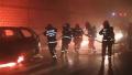 私家车隧道内自燃 消防员戴呼吸器前往救援