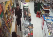 男子拿板砖抢超市 逃到外地找不到工作选择自首