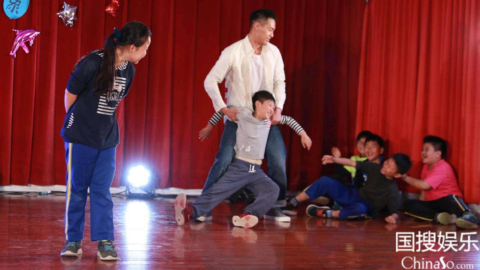 杨祐宁与学生共同表演