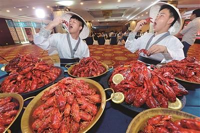 南京:应聘小龙虾品鉴师 看着很美实际很难