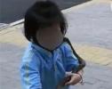 爸爸让女儿在小区内遛蛇练胆 吓哭邻居!