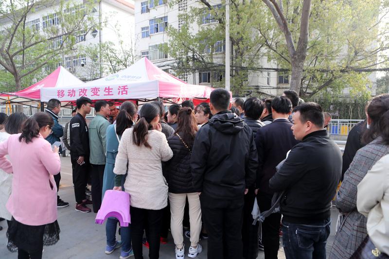 郑州电动车免费上牌4月1日结束 安装点挤满人
