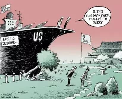 """【""""亚太再平衡""""】站在美国军舰上的奥巴马说:""""这真是你家后院吗?抱歉啊!""""船身写着""""亚太部署""""字样。中国国旗就在舰艇正前方。(法国《国际先驱论坛报》)"""