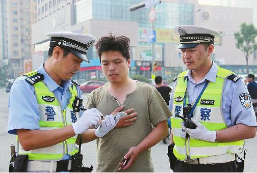 济南行人闯红灯处罚再升级 8人被曝光工作单位或住址