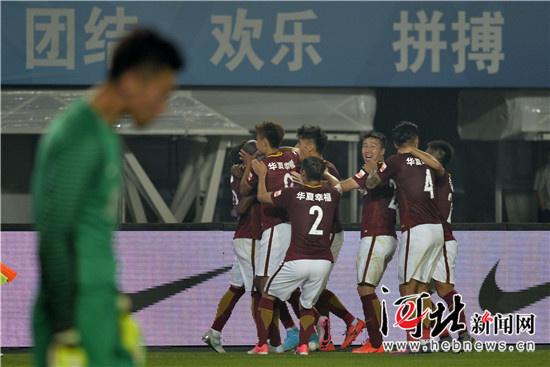 权健/图为河北华夏幸福队队员们庆祝进球。