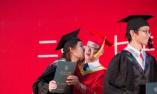 女大学生毕业典礼亲吻校长
