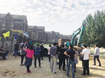 """沈阳保利海上五月花小区承诺的""""步道""""变机动车道"""
