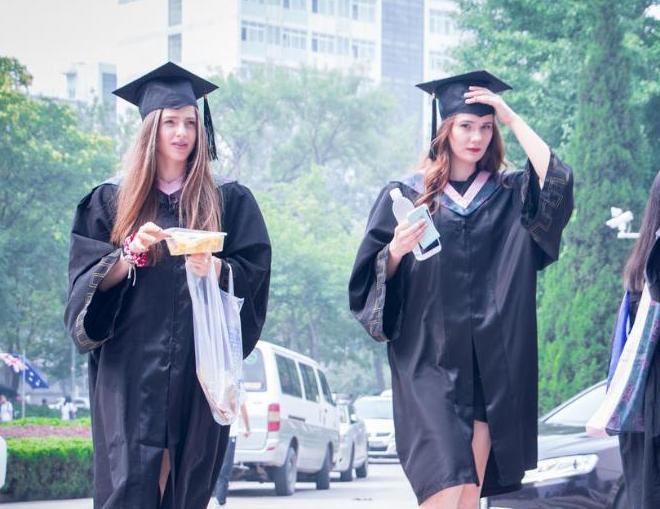 北京语言大学毕业礼如联合国会议 菜花配长腿