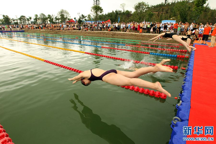 """当日,2017年全国""""7.16全民游泳健身周""""河南许昌启动仪式在该公园举行,共有22支代表队近千人参加。活动主要有游泳比赛、环游鹿鸣湖及救生展示和宣传等。此外,禹州、长葛、鄢陵、襄城设立分会场,参加群众突破5000人次。据了解,""""7.16全民游泳健身周""""是国家体育总局游泳中心、中国游泳协会、中国救生协会开展的群众性文体活动,此次活动的主题是""""亿万大众游泳、共筑健康中国""""。新华网发(牛书培 摄)"""