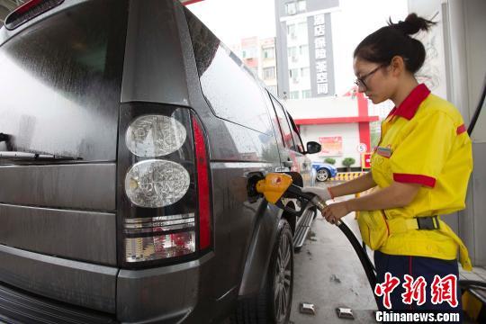 山西太原,私家车正在加油站加油。张云 摄