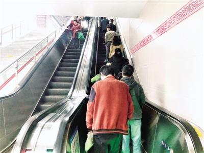 """记者昨日调查,郑州市民乘扶梯习惯""""左行右立"""""""