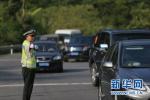 沧州一辆面包车塞进17个人 司机记6分罚200元