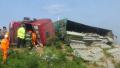 兰南高速一货车侧翻 驾驶室严重变形司机被困