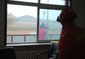 """女子站二楼雨搭要跳楼 消防民警和家属联手""""熊抱""""救她"""