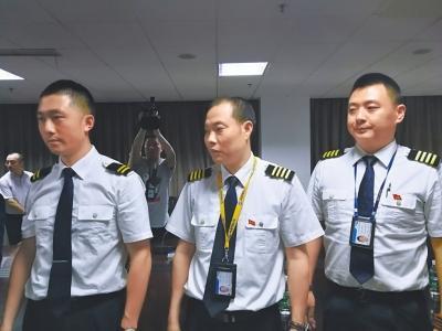 机长刘传健(中)和3U8633航班机组人员。忻晓松摄