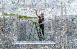 """【组图】英国伦敦:上万个废弃塑料瓶打造""""浪漫空间"""""""