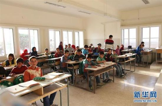 资料图:在黎巴嫩东部贝卡谷地一所黎巴嫩公立学校,叙利亚难民儿童在上课。新华社记者 李良勇 摄