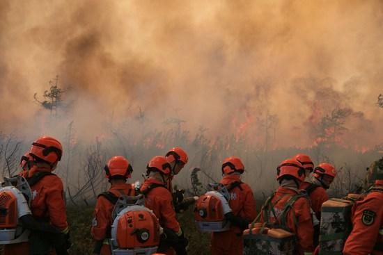 大兴安岭的冰与火:战士趴地脸埋在土里 大火从身上漫过