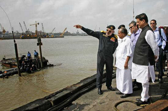 """资料图:2013年8月14日凌晨印度基洛级潜艇""""辛杜拉克沙克""""号在港口爆炸沉底"""
