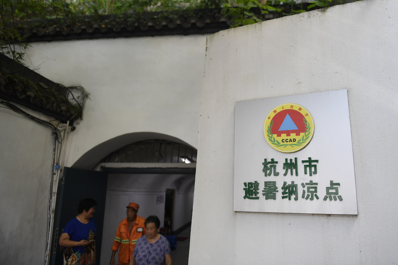 杭州遭遇连续高温天气,防空洞成为市民避暑纳凉好去处