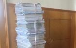 小学到高中要做多少卷子?杭州男生用尺一量:足足91厘米高