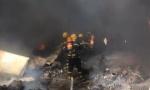 德州堤岭废品站起火 消防员火场救人上演