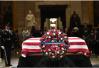 特朗普夫妇造访美国会大厦 向老布什致以哀思