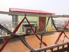 交房入住十来年 郑州一小区楼顶突然施工加盖